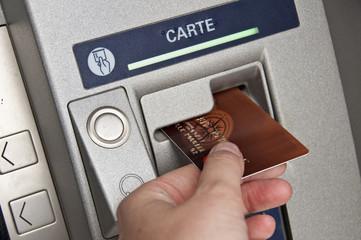 Carte bancaire dans un distributeur de billets