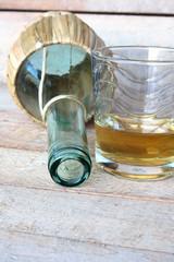 fiaschetto coricato con bicchiere