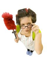 Ménagère tenant un plumeau
