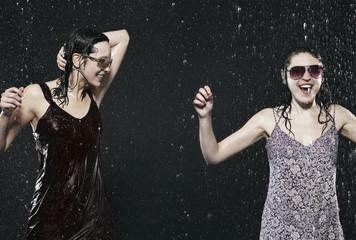 Freunde genießen den Regen, Wetter, lächelnd, tanzen, Party