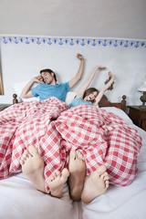 Deutschland, Bayern, Junges Paar im Bett liegen