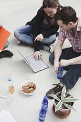 Freunde mit Laptop, mit Frühstück