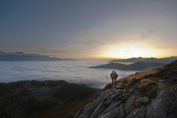 Österreich, Steiermark, Reiteralm, Wanderer bewundern Aussicht über den Wolken