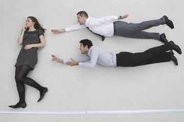 Geschäftsfrau stehend, 2 Geschäftsleute fliegen wie Superman