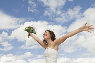 Deutschland, Bayern, lächeln Braut mit Blumenstrauß und Arme ausstrecken, im Freien