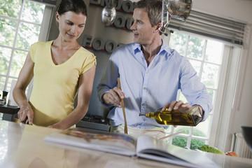 Deutschland, Paar Zubereitung zubereiten Essen zubereiten Essen von Speisen in der Küche