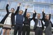 Deutschland, Hamburg, Fünf Geschäftsleute jubeln vor Bürogebäude