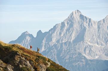Österreich, Steiermark, Reiteralm, Paar beim Wanderern, Seitenansicht