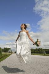 Deutschland, Bayern, Braut im Park springen in der Luft, Lächeln, Portrait