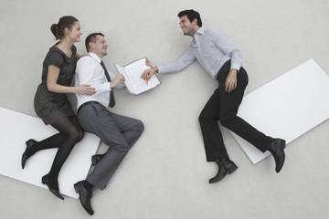 Drei Geschäftsleute, Unternehmer bei Vertragsunterzeichnung