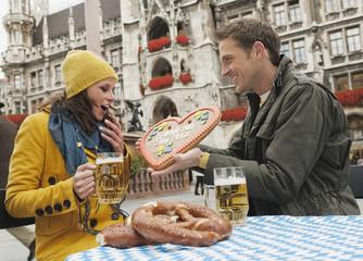 Deutschland, Bayern, München, Marienplatz, Paar, Mann mit Lebkuchenherz, Portrait