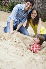Deutschland, Familie und Sohn Kleinkind spielen im Sandkasten