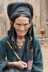 alte Frau Akha mit Pfeife