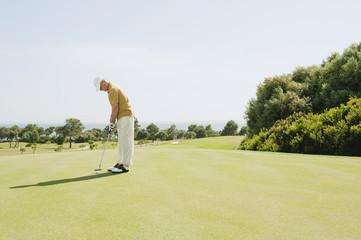 Spanien, Mallorca, Senior Mann Golf spielen, Seitenansicht