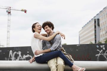 Deutschland, Berlin, Junges Paar vor Gebäude, Kräne