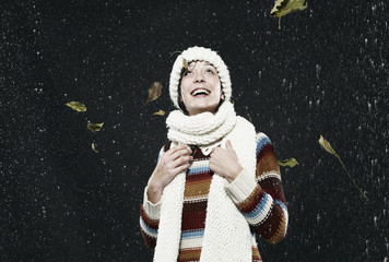 Frau genießt den Regen, Wetter, lächelnd
