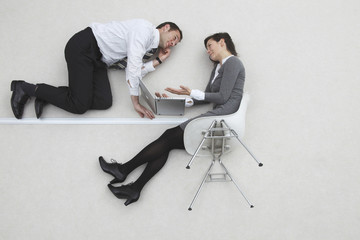 Geschäftsmann und Geschäftsfrau mit Laptop