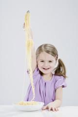 Mädchen essen spagetti, Lächeln, Portrait