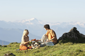 Junges Paar sitzt beim Frühstück