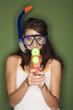 Frau jung mit Taucherbrille, halten eine Wasserpistole