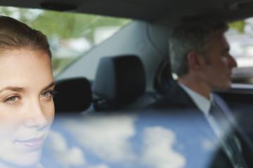 Deutschland, Hamburg, Geschäftsleute sitzen im Auto, schaut aus dem Fenster, Portrait