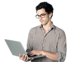 homme brun ordinateur fond blanc