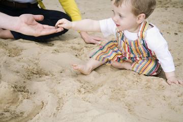 Deutschland, Familie und Sohn im Sandkasten, Seitenansicht, Portrait