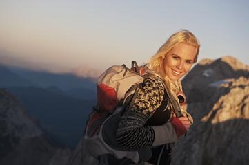 Österreich, Steiermark, Dachstein, Junge Frau, Wandern in den Bergen, Lächeln