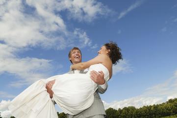 Bräutigam heben Braut, lachen, Porträt
