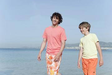 Spanien, Mallorca, Vater und Sohn am Strand