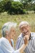Spanien, Mallorca, Senioren Paar sitzen auf Gras, Spaß, Portrait
