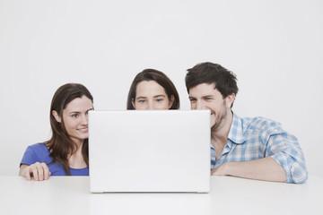 Mann und Frau mit Laptop, lächeln