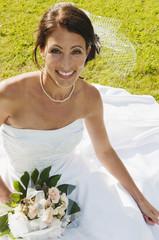 Deutschland, Bayern, Braut auf der Wiese, lächeln, Porträt,