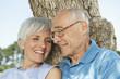 Spanien, Mallorca, Senioren Paar sitzen am Baum, entspannen