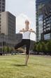 Deutschland, Berlin, Frau jung, die Ausübung von Yoga, die Augen geschlossen