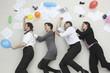 Büroangestelltemit den Händen auf den Schultern, feiern, Seitenansicht