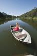 Italien, Südtirol, Frau im Ruderboot, rudern lächeln, Porträt