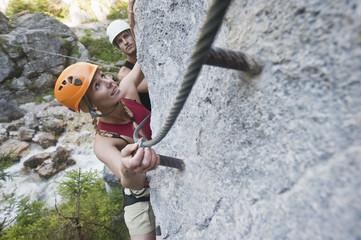 Österreich, Steiermark, Ramsau, Silberkarklamm, Junges Paar am Kletterfelsen