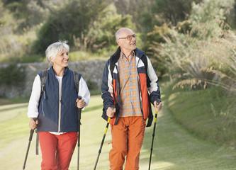 Spanien, Mallorca, Senioren Paar Nordic Walking