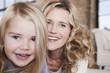 Deutschland, Mutter und Tochter lachen, Portrait, close-up
