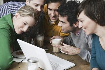 Freunde benutzen Laptop