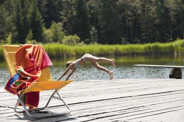 Italien, Südtirol, Mädchen in See springen