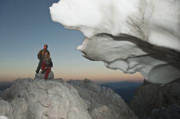 Österreich, Steiermark, Dachstein, Junges Paar ruht auf Berggipfel