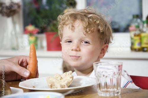 Deutschland, Junge Kleinkind am Frühstückstisch sitzen, Portrait