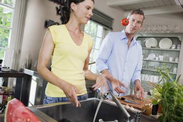 Deutschland, Paar in der Küche, spielen mit Tomaten