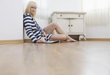 Deutschland, Frau jung sitzen auf dem Boden, Portrait