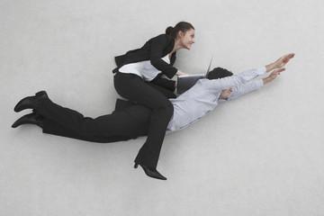 Zwei Geschäftsleute, Frau reitet auf Rücken des Mannes