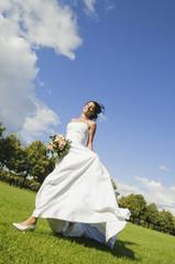 Deutschland, Bayern, Braut im Park, mit Blumenstrauß, lächeln,