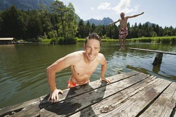 Italien, Südtirol, Mann Bootssteg, Springen Senior in See
