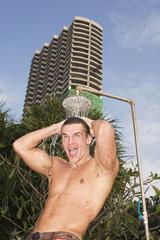 Asien, Thailand, Junger Mann, Duschen im Freien, Portrait